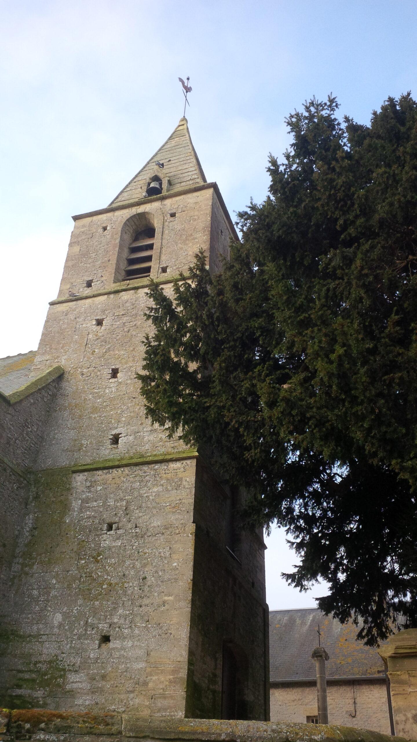 Le clocher carré de façade du XVII siècle